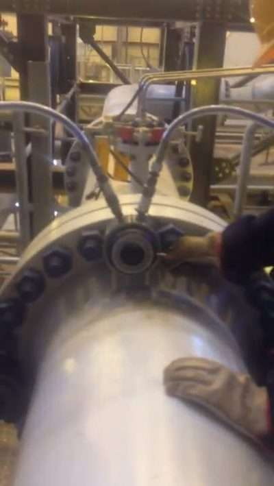 Tensioning pipeline with hydraulic bolt tensioners